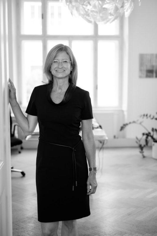 Mag. Eva Huber-Stockinger, MBA mit Beschriftung